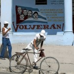 Ciudadanos cubanos pasean por las calles de La Habana. | Desmond Boylan